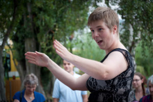 Barbara Minder dirige un insolite orchestre de bouteilles. Photo: Olivier Voirol
